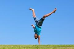 Porträt im Freien eines netten jugendlichen schwarzen Jungenspringens stockfotos