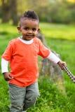 Porträt im Freien eines netten jungen kleinen schwarzen Jungen, der outsi spielt Stockfotos