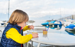 Porträt im Freien eines netten kleinen Jungen Stockfotos
