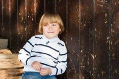 Porträt im Freien eines netten kleinen Jungen Lizenzfreies Stockbild