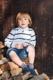 Porträt im Freien eines netten kleinen Jungen Lizenzfreie Stockbilder