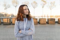 Porträt im Freien eines schönen lächelnden Jugendlichmädchens 14, 15 Jahre alt, goldene Stunde lizenzfreie stockfotografie