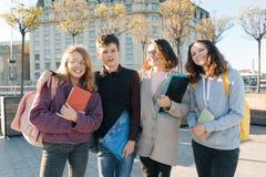 Porträt im Freien eines weiblichen Lehrers und der Gruppe Jugendstudenten, goldene Stunde stockbild