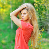Porträt im Freien junger sexyl Frau mit dem schicken Haar Stockfotografie