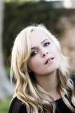 Porträt-im Freien pralle attraktive kaukasische blonde Frau Stockfoto