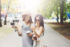Porträt im Freien von drei Freunden, die Fotos mit einem Smartphone machen Lizenzfreie Stockfotos