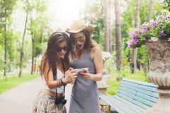 Porträt im Freien von drei Freunden, die Fotos mit einem Smartphone machen Stockfotografie