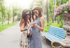 Porträt im Freien von drei Freunden, die Fotos mit einem Smartphone machen Stockbild