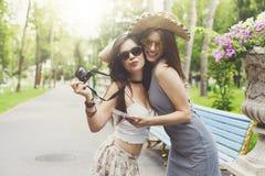 Porträt im Freien von drei Freunden, die Fotos mit einem Smartphone machen Lizenzfreie Stockfotografie