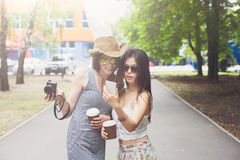 Porträt im Freien von drei Freunden nehmen selfie mit Smartphone Stockbild