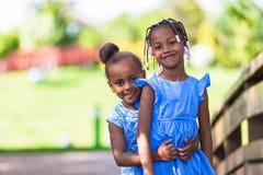 Porträt im Freien von nette junge schwarze Schwestern - afrikanische Leute Lizenzfreies Stockfoto