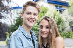 Porträt im Freien von romantischen Jugendpaaren Stockfotografie