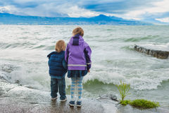 Porträt im Freien von zwei Kindern, die durch den See spielen Stockfotografie