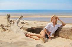 Blondes Mädchen auf Strand Lizenzfreies Stockfoto