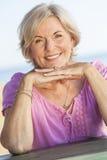 Porträt-im Freienglückliche ältere Frau lizenzfreie stockbilder