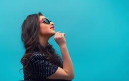 Porträt im Profil der schönen jungen Frau Stockfotos