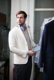 Porträt im Profil eines hübschen jungen Mannes im Geschäft stockfotos
