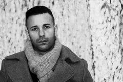 Porträt im Schwarzweiss-Äußeren eines Mannes mit sgurdo weg von beunruhigt lizenzfreie stockfotos