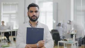 Porträt indischen Doktors an der Krankenhaushalle stockbild