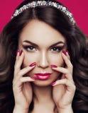Porträt innerhalb einer schönen jungen Frau mit hellem Make-up, rosa Nagellack und rosa Lippenstift auf den Lippen prall lizenzfreie stockbilder
