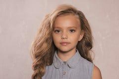 Porträt jährigen Mädchens nettes kleines 8-9 mit dem blonden Haar, tragende Jeansjacke stockfotos