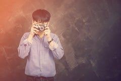 Porträt Jeans- und Hemdhippie-Art eines jungen Mannes der tragenden Lizenzfreie Stockfotos