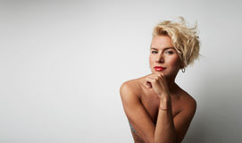Porträt-junge blonde weibliche perfekte Haupthaut, die etwas interessante Kopien-Raum-Wand Ihre Geschäfts-Informationen denkt Lizenzfreies Stockfoto