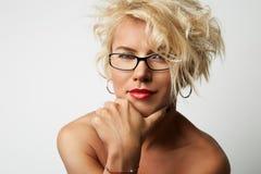 Porträt-junge blonde weibliche perfekte Haupthaut, die etwas interessante Kopien-Raum-Wand Ihre Geschäfts-Informationen denkt Lizenzfreie Stockfotos