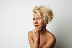 Porträt-junge blonde weibliche perfekte Haupthaut, die etwas interessante Kopien-Raum-Wand Ihre Geschäfts-Informationen träumt Lizenzfreie Stockbilder