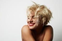 Porträt-junge blonde weibliche perfekte Haupthaut, die etwas interessante Kopien-Raum-Wand Ihre Geschäfts-Informationen zeigt Lizenzfreies Stockbild