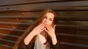Porträt Junge-der recht jugendlichen kaukasischen glücklichen lächelnden Mädchen-Frau mit Brown-Augen, langes Haar Straßen-Browns stock video footage