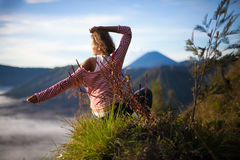 Porträt-junge hübsche Mädchen-Sonnenaufgang-Landschaft Afrika-Natur-Morgen Volcano Viewpoint Frau engagierte Yoga-Meditation Lizenzfreies Stockfoto