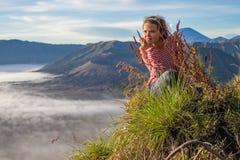 Porträt-junge hübsche Mädchen-Sonnenaufgang-Landschaft Afrika-Natur-Morgen Volcano Viewpoint Frau engagierte Yoga-Meditation Stockbilder