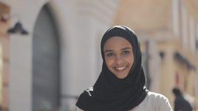 Porträt junge schöne moslemische Frau des tragenden hijab Kopftuchlachens nett in der alten Stadt Abschluss oben stock footage