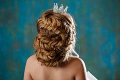 Porträt jungen Blondine mit dem Luxusüppigen haar, geflochten Stockbilder