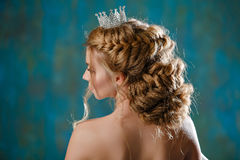Porträt jungen Blondine mit dem Luxusüppigen haar, geflochten Stockfoto