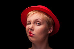 Porträt jungen Blondine mit rotem Hut Stockbild