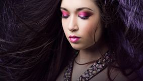 Porträt jungen Schönheit Brunette mit hellem Make-up Stockfoto