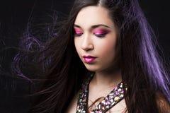 Porträt jungen Schönheit Brunette mit hellem Make-up Stockfotografie