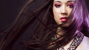 Porträt jungen Schönheit Brunette mit hellem Make-up Lizenzfreie Stockfotos