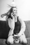 Porträt junger blonder hübscher Dame, die Spaß hat Lizenzfreie Stockfotografie