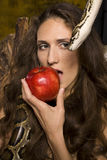 Porträt junger Dame der Schönheit mit Schlange und rotem Apfel Stockfoto