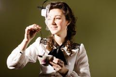 Porträt junger Dame Kettenuhr in setzend Stockbilder
