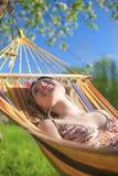 Porträt kaukasischer blonder Dame Resting im Hügel während der Frühlings-Zeit Stockbild