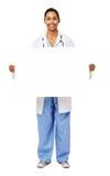 Porträt lächelnden Doktors Holding Blank Billboard lizenzfreie stockfotos