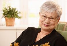 Porträt lächelnder älterer Dame Stockbild