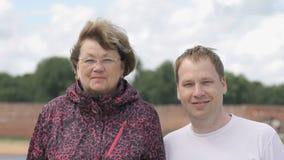 Porträt lächelnder erwachsener Frau zwei und des jungen Mannes stock footage