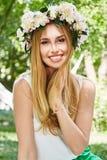 Porträt Lebensstilslächelns der schönen sexy blonden Frau glücklichen, w Stockbild