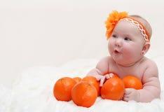 Porträt lustigen kleinen überraschten Babys L Lizenzfreies Stockfoto