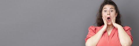 Porträt lustigen xxl Mädchens, das Verwunderung, langes Panorama ausdrückt Stockfotos